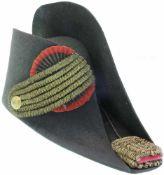 Zweispitz, Eidg. Ord. 1852, Oberst Gesteifter schwarzer Filz, Krempe seitlich hochgeschlagen. Rot-