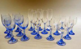 Cartier, Gläser Glas, weiß und blau. Sammlung bestehend aus 12x Weingläser und 6x