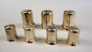 Cartier, Salz- und Pfeffer-Set Silber plated, einzeln beschriftet. Rippenmuster-Korpus mit kleinem