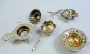 Sammlung, Teesiebe Silber 800 und Silber plated, teilweise punziert. Schöner feiner Blumen-, Perl-