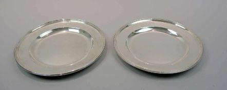 Paar handgehämmerte Teller Silber 13 Lot, am Boden jeweils punziert. Ein Teller mit dem Münchener