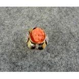 Feiner Ring14 K. Gelbgold, mit geschnitztem Puttenkopf und Korall- und Diamantbesatz. Italien,