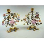 Meissen, LeuchterpaarPorzellan, ziselierte, feuervergoldete Bronze. 1-lichtiges Leuchterpaar mit