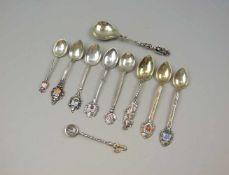 Konvolut von Sammler-Löffeln2 Löffel Silber Plated, ansonsten vorwiegend Silber 800, jeweils