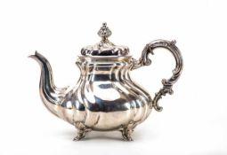 Teekanne, Deutsch um1900835er Silber. Auf vier niedrigen Füßchen gebauchter Korpus, Wandung durch