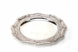 Rundes Tablett, Belgien835er Silber, gravierte Fahne. Punze, Herst.Z., Durchm.: 32 cm, Gew.: 1268