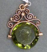 """Siegelanhänger, um 1900 Doublefassung, grüner Edelstein mit Gravur, """"Römerkopf"""", h 2,5 cm,"""