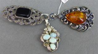 Konvolut Silberschmuck 1 Brosche, Mosaikbesatz und Onyx, 1 Anhänger mit 4 Opalen, 1 Anhänger mit 1