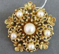 Brosche 14 kt. Gelbgold, besetzt mit 6 Perlen, durchbrochen gearbeitet, ca. 8 g schwer, d 3 cm,