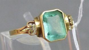 Damenring 14 kt. Gelbgold, 1 Smaragd, um 1900, ca. 12 g schwer, RM 55,