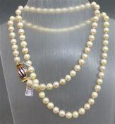 Halskette 18 kt. Gelbgold-Verschluss mit blauen Emailstreifen, 92 Zuchtperlen, d ca. 8 mm, weiß, l