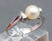 Damenring 14 kt. Weißgold, 1 Zuchtperle, weiß, 2 Diamanten zus. ca. 0,10 ct., weiß, vsi,