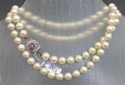 Halskette 18 kt. Weißgoldschloss, 7 kleine Rubine, 72 Zuchtperlen, d ca. 9 mm, weiß, l 66 cm,