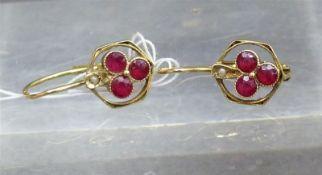 Paar Ohrhänger, um 1900 14 kt. Gelbgold, 6 rote Steinchen, durchbrochen gearbeitet, ca. 1,4 g