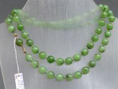 Halskette 60 geschliffene Jadeperlen, d ca. 9 mm, Silberschloss, l 66 cm,