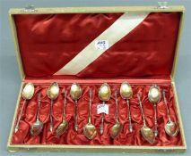 12 Mokkalöffel Silber, punziert, Reste alter Vergoldung, Stielenden mit Bockfüsschen, im Etui, ca