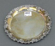 Silberschälchen rund, graviert, Randdekor mit reliefiertem Weinlaub, punziert, d 14 cm, 77 g