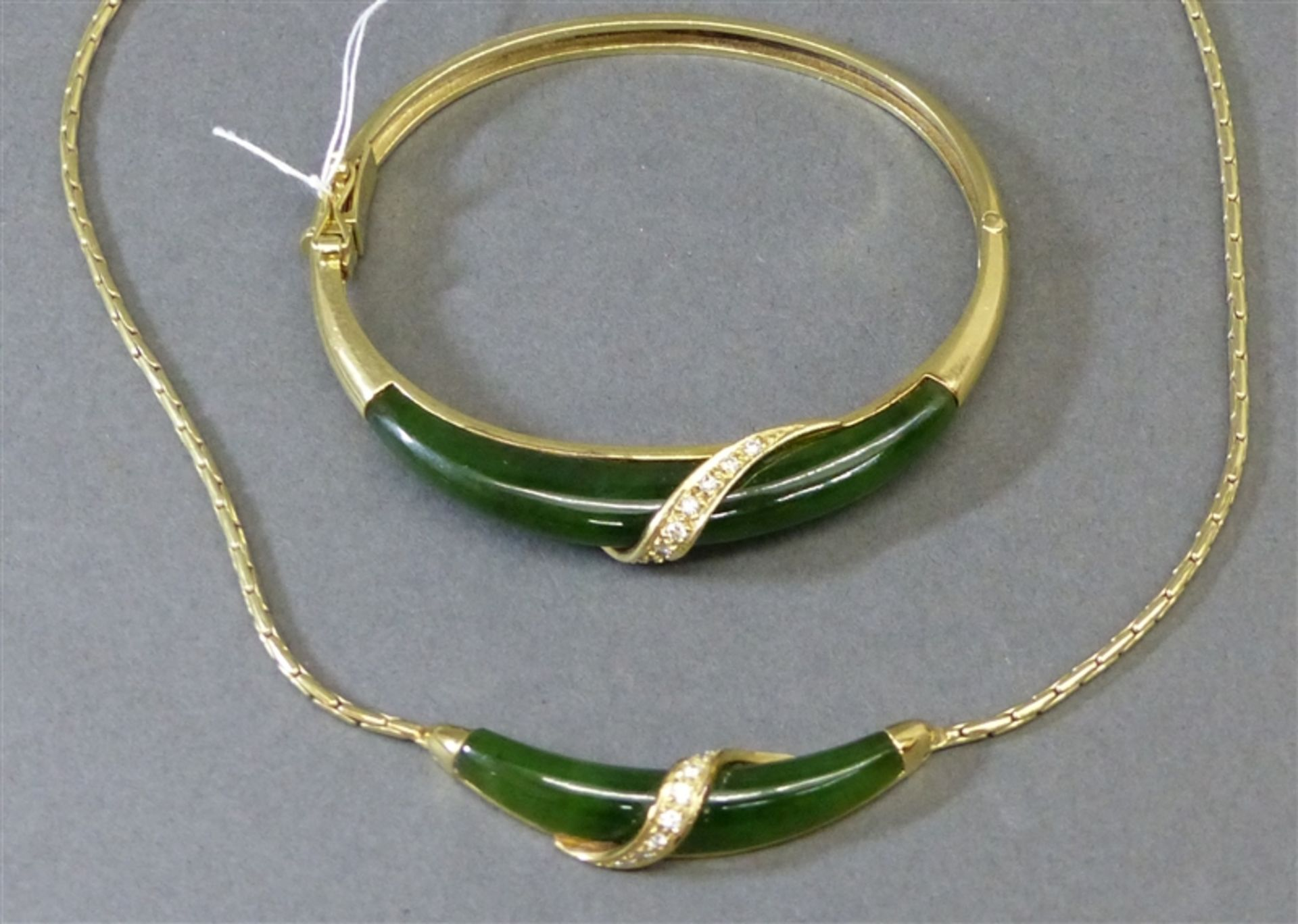 Schmuckgarnitur 14 kt. Gelbgold, 1 Collier, 1 Armreif, Jadebesatz, besetzt mit 21 Brillanten ca. 0,