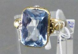 Damenring 8 kt. Gelbgold, Reliefdekor, blauer Stein, ca. 4 g schwer, RM 55,
