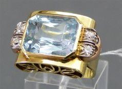 Damenring 14 kt. Gelb- und Rotgold, 1 Aquamarin ca. 14 ct., 4 Diamanten zus. ca. 0,20 ct., weiß,