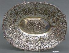 Silberschale floraler und Vogeldekor, durchbrochener Rand, 20. Jh., 612 g schwer, 34x26 cm,