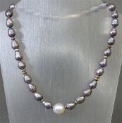 Halskette ca. 31 graue Zuchtperlen, 1 weiße Zuchtperle, Silberverschluss, silberne Zwischenstücke, l