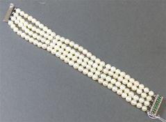 Perlenarmband 18 kt. Weißgold Schließe, mit 9 Smaragden und 26 kl. Diamanten besetzt, 4-reihig,