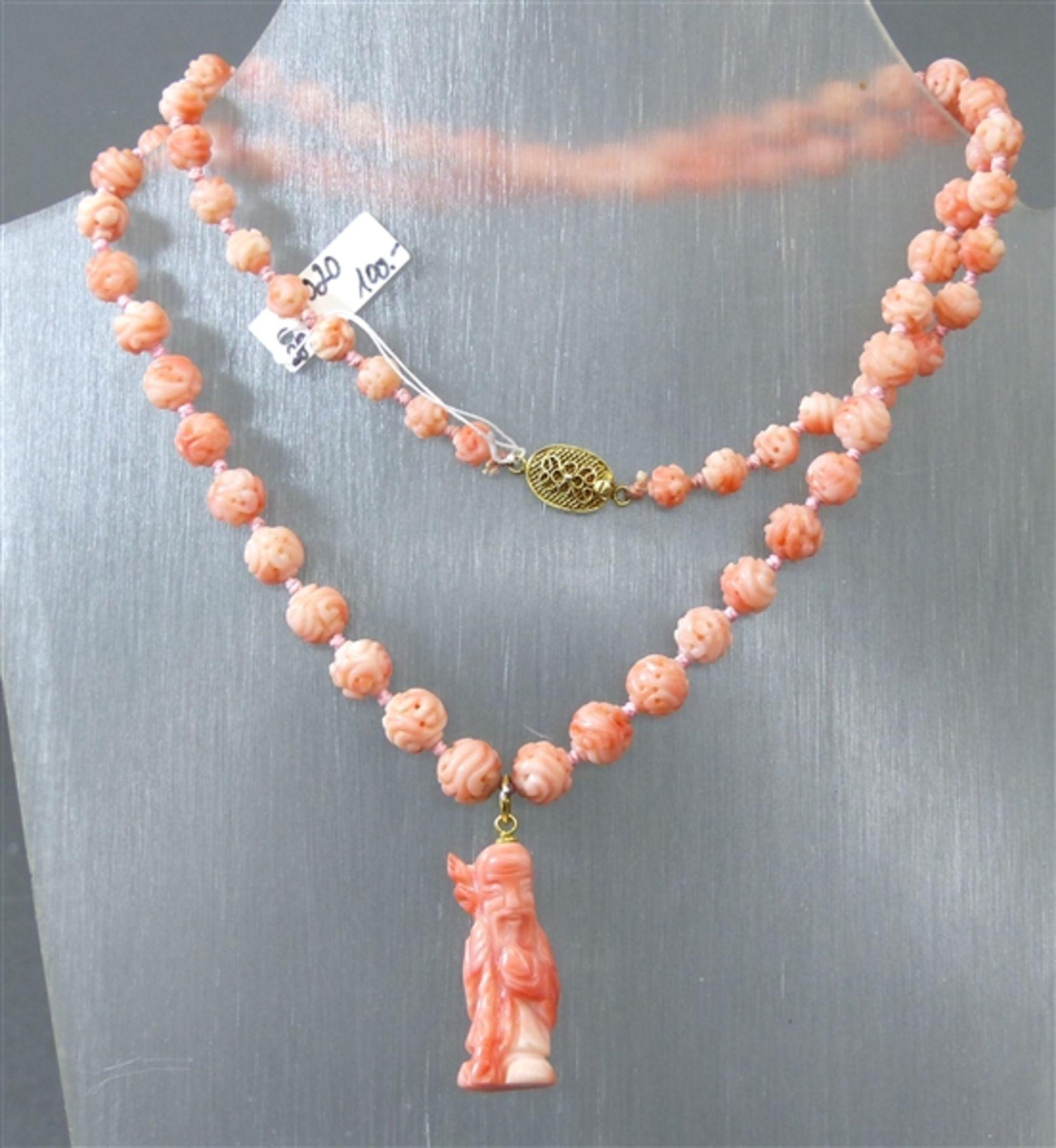 """Halskette mit Anhänger Silberverschluss, geschnittene Korallperlen im Verlauf, """"Weiser mit Stab"""","""
