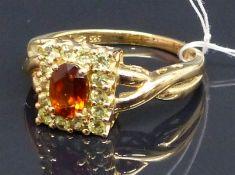 Damenring 14 ct. Gelbgold, 1 Goldtopas, 14 kl. Peridots, durchbrochen gearbeitete Fassung, ca. 5 g