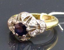Damenring 14 kt. Gelb- und Weißgold, 1 Saphir, 10 Altschliffdiamanten zus. ca. 0,36 ct, wesselton,