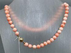 Halskette Magnetschloß, vergoldet, rosefarbene Korallperlen, l ca. 40 cm,