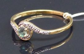 Damenring 14 kt. Gelbgold, 1 Peridot, Krampenfassung, 2 kl. Diamantrosen, ca. 2 g schwer, RM 63,