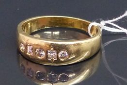 Damenring 14 kt. Gelbgold, besetzt mit 3 Brillanten zus. ca. 0,08, 2 Diamantcarees, ca. 5 g, RM 57,