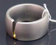 Damenring Stahlfassung, modern, 1 kl. bewegliche Goldkugel, mit Niessing Zertifikat, Karin Bauer,