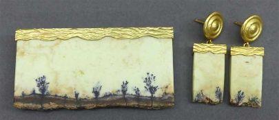 """Schmuckgarnitur18 kt. Gelbgold Fassungen, 1 Brosche, 1 Paar Ohrhänger, Edelsteinplatten, """"Landschaft"""