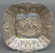 SilberschaleReliefdekor, Puttireigen, durchbrochener Rand, punziert, 296 g schwer, 23x23 cm,