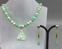 Schmuckgarnitur14 und 18 kt. Gelbgoldmonturen, 1 Halskette geschliffene Jadekugeln, Clipanhänger