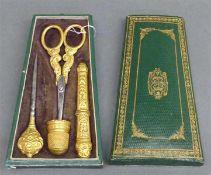 Nähset4-tlg., Metall, vergoldet, reicher Reliefdekor, um 1850, im Etui, selten,