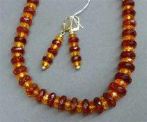 Schmuckgarnitur1 Halskette, geschliffene Bernsteinstückchen im Verlauf, Drehverschluss, 1 Paar