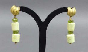 Paar Ohrhänger 18 kt. Gelbgold, Peridot und Edelstein, Handarbeit, ca. 8 g schwer, h 3,4 cm,