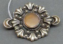 Brosche925 Silber, Reliefdekor, runder bräunlicher Edelstein, ca. 13 g schwer,