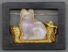 Katzenbildals Brosche, 18 kt. Gelbgoldmontur, Katze aus Opal geschnitten, Holzrähmchen, Fries-