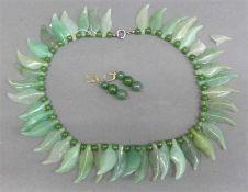 Schmuckgarnitur1 Halskette, Jadeblätter, 1 Blatt beschädigt, Jadeperlen als Zwischenstücke, 1 Paar