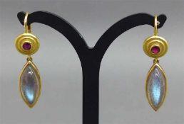 Paar Ohrhänger18 kt. Gelbgold, 2 blaue Edelsteincabochons, Schiffchenform, 2 Rubine, Fries-