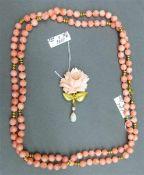 Schmuckgarnitur1 Brosche, 18 kt. Gelbgold, geschnittene Korallrose, 1 tropfenförmiger Opal, 1 kl.