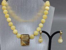 Schmuckgarnitur14 kt. Gelbgold Monturen, 1 Halskette, 32 Calzedonitperlen, 1 Rutilquarz im
