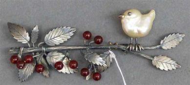 BroscheSilber, Vogel auf einem Ast, Biwaperle, 10 Edelsteinperlen als Früchte, Blattdekor, wohl