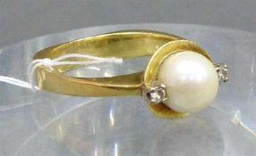 Damenring14 kt. Gelbgold, 1 Zuchtperle, d 7 mm, 2 kl. Diamanten, ca. 6 g schwer, RM 54,