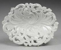 Schale mit floralem Reliefdekor Weiß, glasiert. Ovale gemuldete Schale mit kräftigem