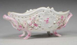 Durchbruchkorb mit Blütenbesatz Weiß, glasiert. Ovale, passig geschweifte Form. Seitl. Handhaben